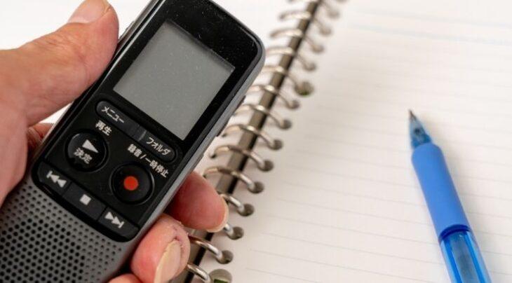 テープレコーダーとノートとペン